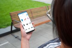 Οι έξυπνες τηλεφωνικές σε απευθείας σύνδεση αγορές app ή ιστοχώρος χρήσης γυναικών για αγοράζουν τα ενδύματα, παπούτσια, ηλεκτρον Στοκ Φωτογραφία