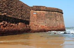Οι έπαλξεις Aguada οχυρών αγνοούν την παραλία Sinquerim, Goa Στοκ Εικόνα