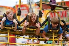 Οι έφηβοι απολαμβάνουν έναν συναρπαστικό γύρο καρναβαλιού Στοκ Εικόνες