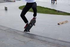 Οι έφηβοι κάνουν σκέιτ μπορντ Στοκ φωτογραφία με δικαίωμα ελεύθερης χρήσης