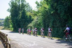 Οι έφηβοι ομαδοποιούν το γύρο ποδηλάτων στην επαρχία - νότια Γαλλία Καλοκαιρινό εκπαιδευτικό κάμπινγκ Αθλητισμός και υπαίθρια σύλ στοκ φωτογραφία
