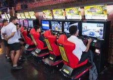Οι έφηβοι παίζουν στη διασκέδαση arcade, Μπανγκόκ, Ταϊλάνδη Στοκ Εικόνες
