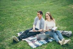 Οι αγαπώντας σπουδαστές ζευγών έχουν τη διασκέδαση από κοινού στοκ φωτογραφίες