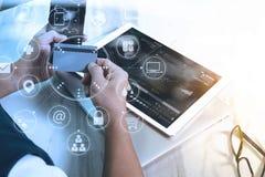 οι αγορές νεαρών άνδρων σε απευθείας σύνδεση με το έξυπνο τηλέφωνο είναι μουσική W ακούσματος Στοκ φωτογραφία με δικαίωμα ελεύθερης χρήσης