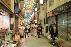 Οι αγοραστές περπατούν κατά μήκος Demachi Masugata Archade Στοκ εικόνα με δικαίωμα ελεύθερης χρήσης