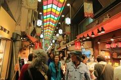 Οι αγοραστές περπατούν κατά μήκος Demachi Masugata Archade Στοκ Εικόνες