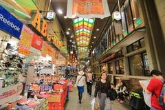 Οι αγοραστές περπατούν κατά μήκος Demachi Masugata Archade Στοκ Εικόνα