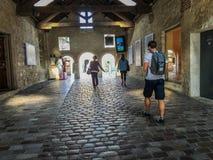 Οι αγοραστές περπατούν μέσω της πέτρας arcade στο χωριό Bercy στο Παρίσι Στοκ Φωτογραφίες