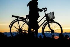 Οι αγρότες είναι ποδήλατο με τις σκιαγραφίες Στοκ φωτογραφίες με δικαίωμα ελεύθερης χρήσης