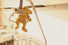 Οι αγχόνες Teddy νοσοκομειακού κρεβατιού αντέχουν Στοκ εικόνα με δικαίωμα ελεύθερης χρήσης