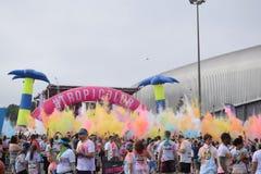 Οι αγωνιζόμενοι ρίχνουν τη χρωματισμένη κιμωλία στο τρέξιμο χρώματος Στοκ φωτογραφίες με δικαίωμα ελεύθερης χρήσης