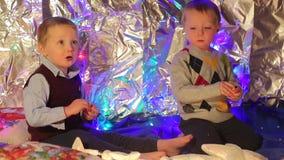 Οι αδελφοί διδύμων τρώνε το μανταρίνι απόθεμα βίντεο