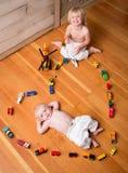 Οι αδελφοί παίζουν με τα τραίνα στοκ φωτογραφία με δικαίωμα ελεύθερης χρήσης