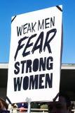 Οι αδύνατοι άνδρες φοβούνται το ισχυρό σημάδι γυναικών Μαρτίου Οκλαχόμα ΗΠΑ το 1-20-2018 των γυναικών στις Tulsa Στοκ φωτογραφία με δικαίωμα ελεύθερης χρήσης
