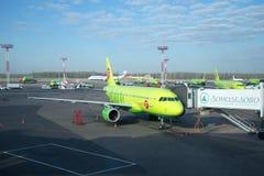 Οι αερογραμμές airbus A319-100 (vp-BHP) S7 (Σιβηρία) στην κεκλιμένη ράμπα στον αερολιμένα Domodedovo Στοκ Φωτογραφίες