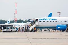 Οι αερογραμμές Boeing 737 Pobeda οι επιβάτες βγαίνουν του αεροπλάνου Στοκ Φωτογραφίες
