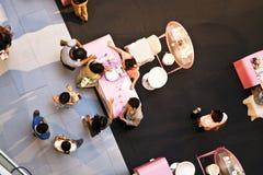 Οι αεροσυνοδοί από AMWAY συμβουλεύουν τους πελάτες πώς να χρησιμοποιήσουν υπέρ τους στοκ φωτογραφίες