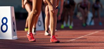 Οι αθλήτριες που αρχίζουν την οργανωμένη ορμή συναγωνίζονται στη διαδρομή στοκ εικόνες