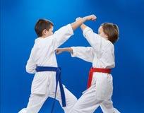 Οι αθλητές εκπαιδεύουν karate τις διατρήσεις και τους φραγμούς Στοκ Φωτογραφία