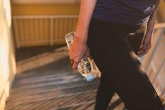 Οι αθλήτριες χαλαρώνουν το χρόνο και το πόσιμο νερό Στοκ φωτογραφίες με δικαίωμα ελεύθερης χρήσης