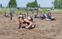 Οι αθλητές σέρνονται κάτω από οδοντωτό - καλώδιο Tyumen Ρωσία Στοκ Εικόνες