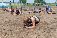 Οι αθλητές σέρνονται κάτω από οδοντωτό - καλώδιο Tyumen Ρωσία Στοκ εικόνα με δικαίωμα ελεύθερης χρήσης