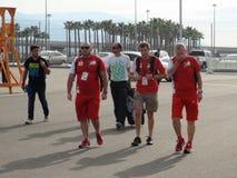 Οι αθλητικές ομάδες έρχονται στο ολυμπιακό πάρκο ΤΥΠΟΣ 1 του Sochi Autodrom 2014 ΡΩΣΙΚΑ GRAND PRIX Στοκ Φωτογραφίες