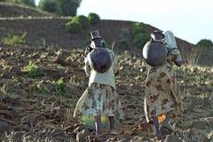 Οι αιθιοπικές γυναίκες lug το πόσιμο νερό στα βουνά Στοκ εικόνα με δικαίωμα ελεύθερης χρήσης