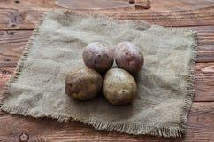 Οι ακατέργαστες πατάτες Στοκ Εικόνες