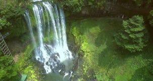 Οι ακτίνες ήλιων ανάβουν το foamy καταρράκτη στη ζούγκλα φιλμ μικρού μήκους
