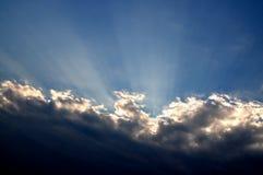 Οι ακτίνες του ήλιου που σπάζει μέσω των σύννεφων Στοκ Εικόνα