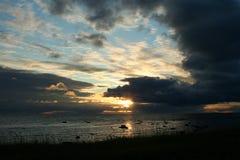 οι ακτίνες του ήλιου ρύθμισης, τα σύννεφα πέρα από τη θάλασσα, άγρια φύση του Βορρά Στοκ φωτογραφία με δικαίωμα ελεύθερης χρήσης