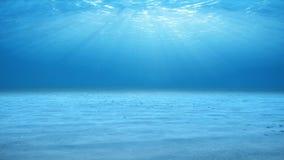 Οι ακτίνες του φωτός του ήλιου που λάμπουν άνωθεν διαπερνούν το βαθιά σαφές μπλε νερό Καυστική επίδραση στο βυθό Ακτίνες φωτός το ελεύθερη απεικόνιση δικαιώματος
