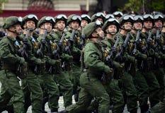 Οι αλεξιπτωτιστές του 331st φρουρούν το σύνταγμα αλεξίπτωτων Kostroma κατά τη διάρκεια της πρόβας φορεμάτων της παρέλασης στην κό στοκ φωτογραφία με δικαίωμα ελεύθερης χρήσης