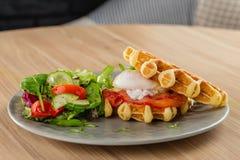 Οι αλμυρές βελγικές βάφλες με το αυγό κυνήγησαν λαθραία, σολομός και σαλάτα Αυγά Στοκ Εικόνα