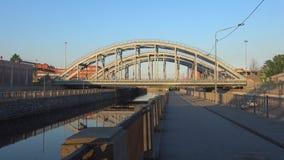 Οι αμερικανικές γέφυρες στο κανάλι Obvodny, ηλιόλουστο μπορούν βράδυ Πετρούπολη Άγιος φιλμ μικρού μήκους