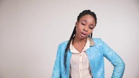 Οι αμερικανικές νέες γυναίκες Afro παρουσιάζουν συγκίνηση δυσαρέσκειας απόθεμα βίντεο