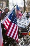 Οι ΑΜΕΡΙΚΑΝΙΚΕΣ σημαίες επιδεικνύονται στο πίσω μέρος της μοτοσικλέτας στο τσεχικό άνοιγμα εποχής μηχανών στοκ εικόνα με δικαίωμα ελεύθερης χρήσης