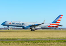 Οι αμερικανικοί εναέριοι διάδρομοι N936UW Boeing 757-200 αεροπλάνων απογειώνονται στον αερολιμένα Schiphol Στοκ Εικόνα