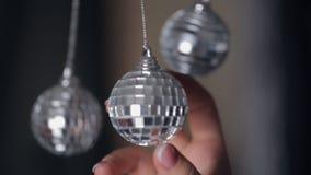 Οι λαμπρές διακοσμήσεις χριστουγεννιάτικων δέντρων, κλείνουν επάνω απόθεμα βίντεο