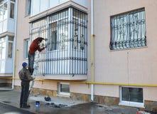 Οι ανάδοχοι εγκαθιστούν τους φραγμούς ασφάλειας σιδήρου παραθύρων στοκ φωτογραφία