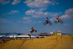 Οι αναβάτες μοτοκρός πηδούν πολύ υψηλό στον ουρανό στοκ φωτογραφία με δικαίωμα ελεύθερης χρήσης
