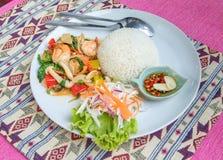 Οι ανακατώνω-τηγανισμένες γαρίδες με το ιερό σύνολο βασιλικού και ρυζιού εξυπηρετούν με τα ψάρια s Στοκ Εικόνα