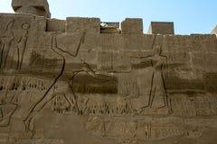 Οι ανακουφίσεις και hieroglyphs χάρασαν σε έναν τοίχο στο ναό Karnak σε Luxor, Αίγυπτος Στοκ φωτογραφία με δικαίωμα ελεύθερης χρήσης