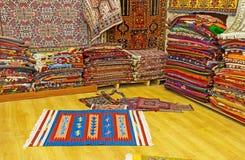 Οι ανατολικοί τάπητες σε Antalya παλαιό Bazaar Στοκ φωτογραφία με δικαίωμα ελεύθερης χρήσης