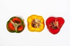 Οι αναδρομικά φωτισμένες φέτες του φωτεινού σηματοδότη πιπεριών, αφαιρούν το κατασκευασμένο υπόβαθρο Στοκ Εικόνες