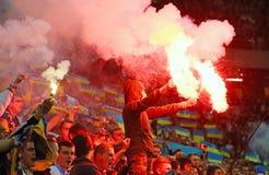 Οι ανεμιστήρες καίνε τις φλόγες κατά τη διάρκεια του ποδοσφαιρικού παιχνιδιού Στοκ εικόνες με δικαίωμα ελεύθερης χρήσης
