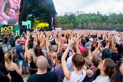 Οι ανεμιστήρες σε μια συναυλία στο EN φεστιβάλ του Σηκουάνα βράχου στοκ εικόνα