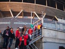 Οι ανεμιστήρες της Γκαλατάσαραϊ προσπαθούν να αναρριχηθούν στο φράκτη στοκ φωτογραφία με δικαίωμα ελεύθερης χρήσης