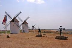 Οι ανεμόμυλοι, φορούν τα αγάλματα Quijote και Sancho Panza Στοκ εικόνα με δικαίωμα ελεύθερης χρήσης
